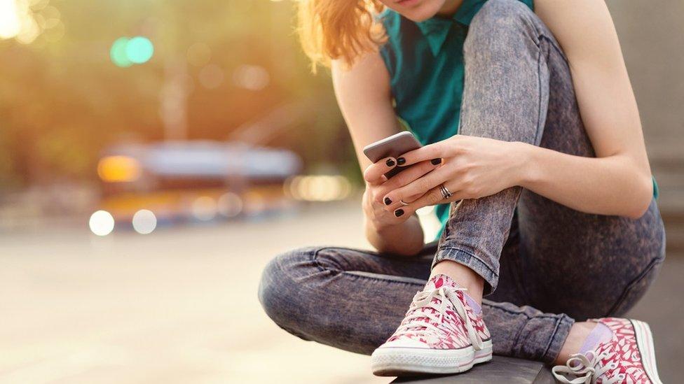 Devojka s telefonom