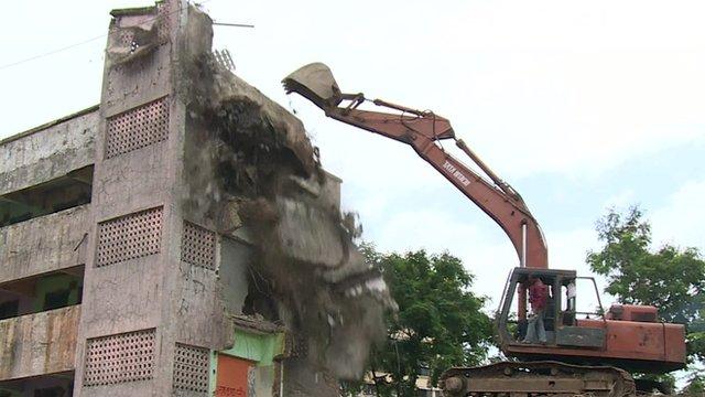 Dangerous building being demolished in Mumbai