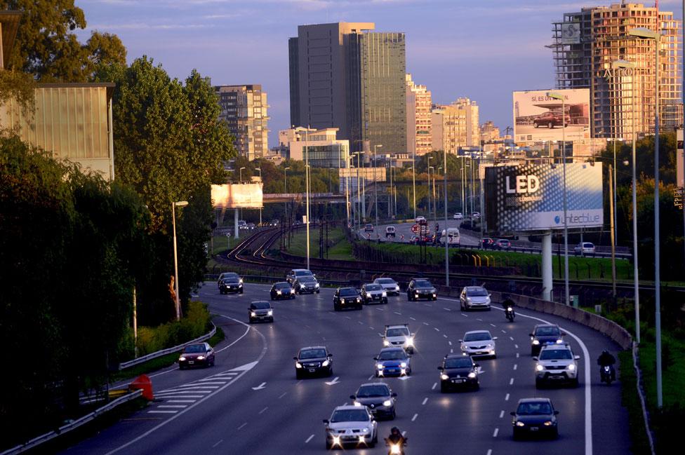 Los que viajan en auto privado han sufrido aumentos aún más grandes que los usuarios del transporte público.