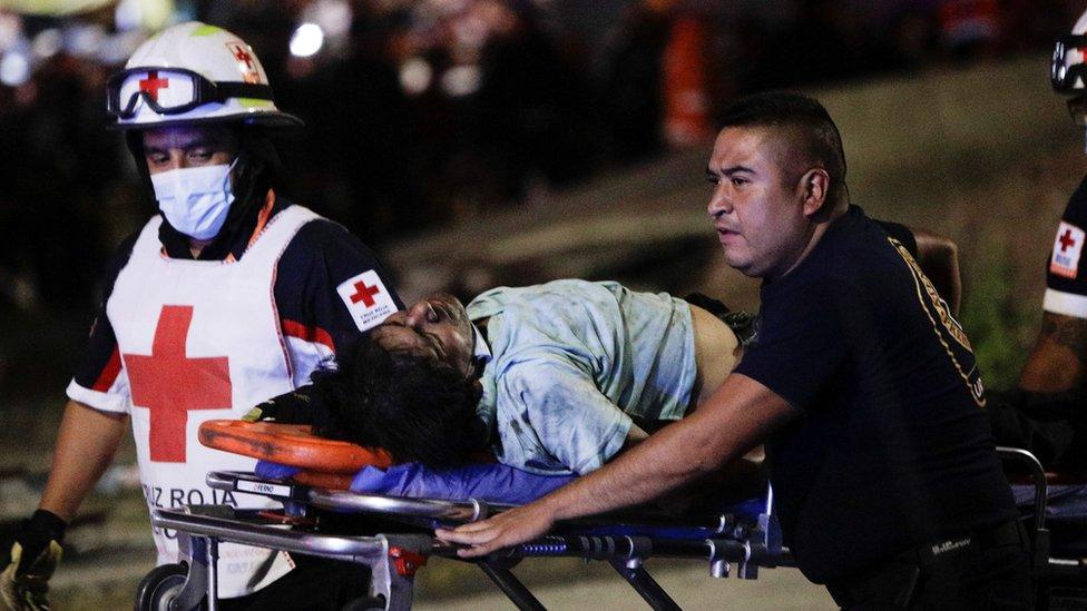 Equipos de rescate trasladan un herido tras el desplome del metro en Ciudad de México