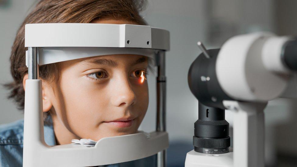 Niño en un examen de ojos.