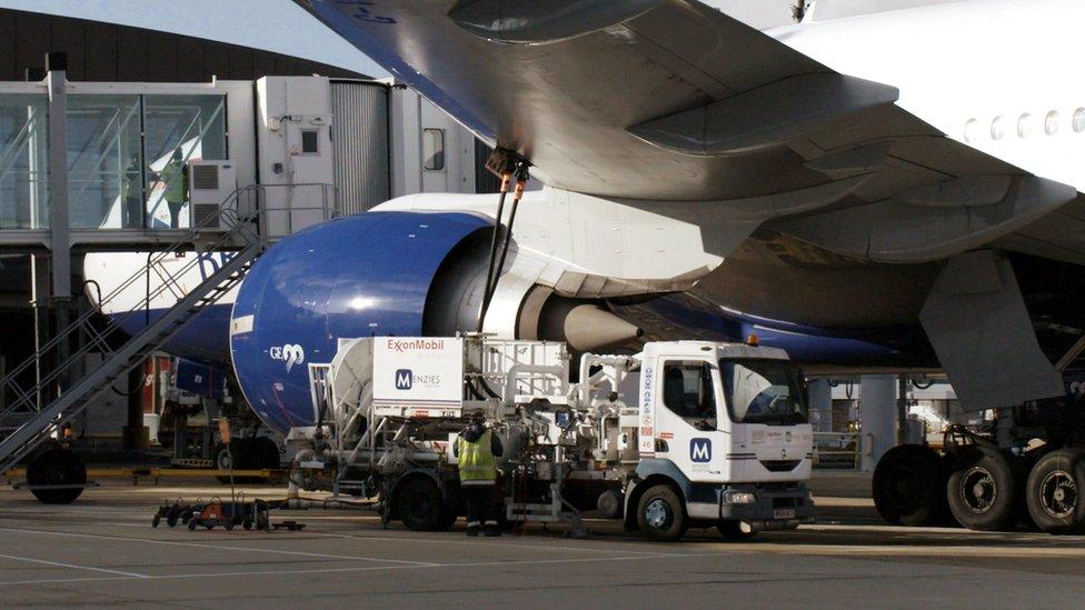 Un tanque carga combustible en un avión