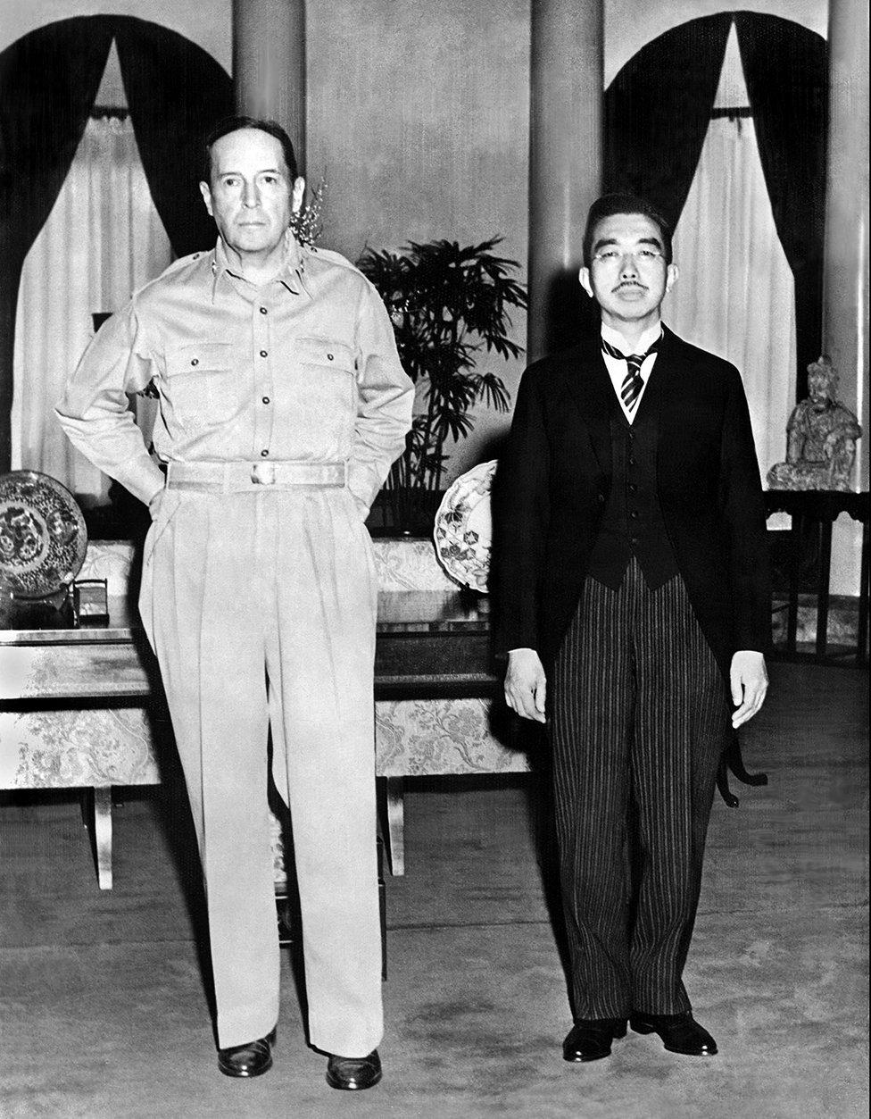 MacArthur junto el emperador japonés en 1945.