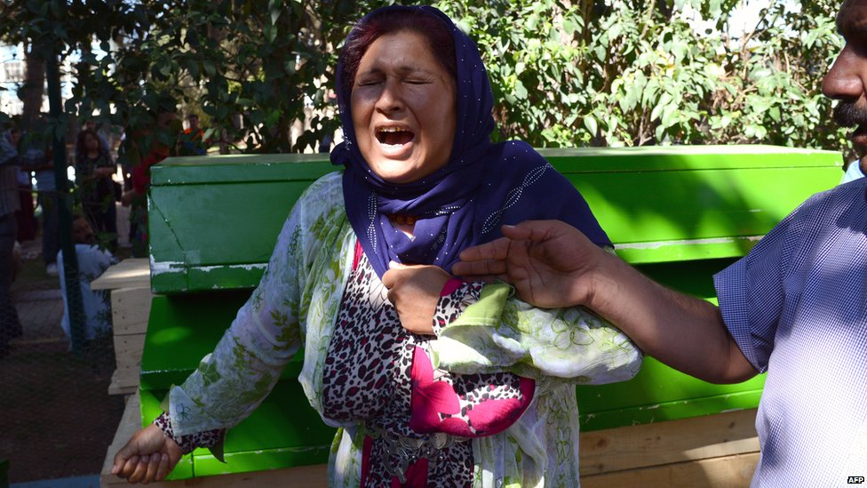 A woman cries next to the coffin of a victim of Suruc bomb (20 July 2015)