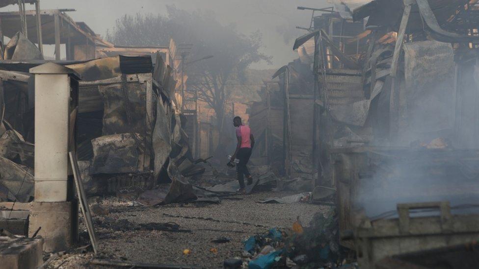 希臘莫里亞營地一名男子在大火撲滅後走進廢墟搜索(9/9/2020)