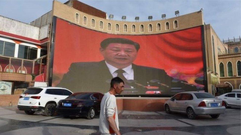 لافتة في الشارع تحمل صورة الرئيس الصيني
