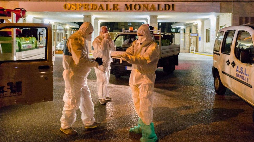 أطباء في مدينة نابولي الإيطالية
