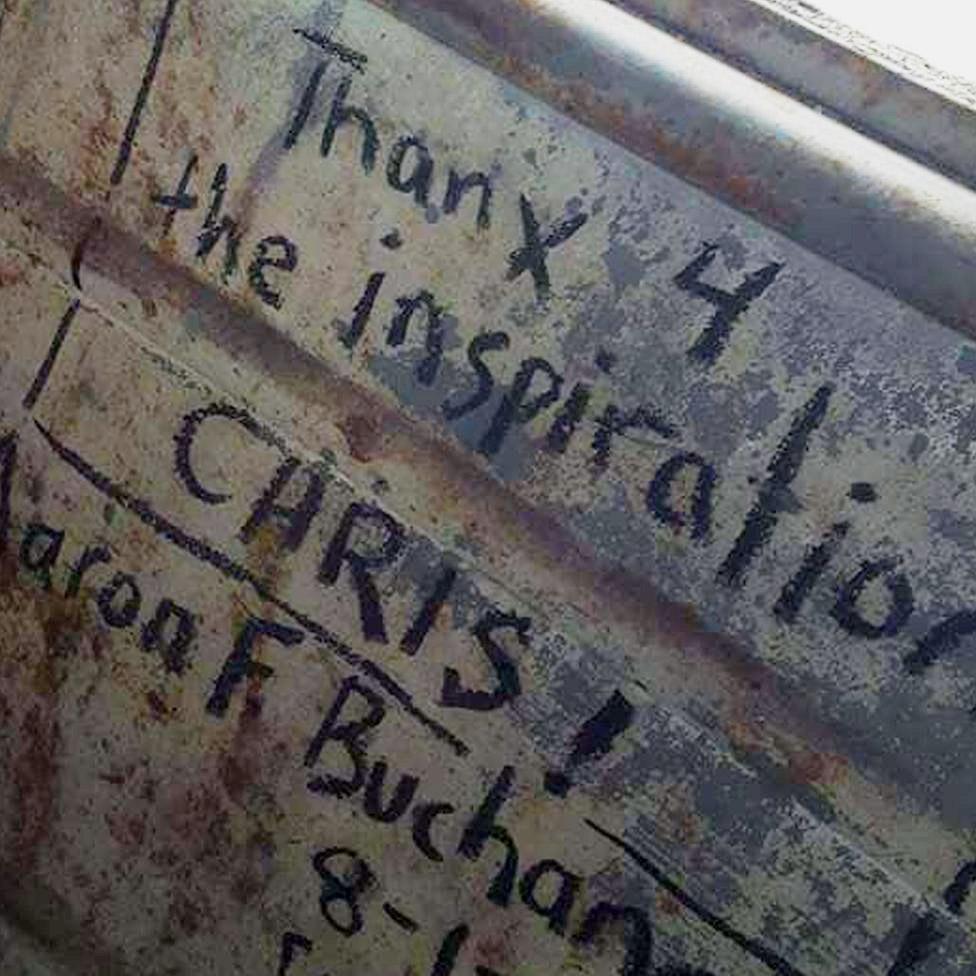Mensajes de fans dentro del bus.