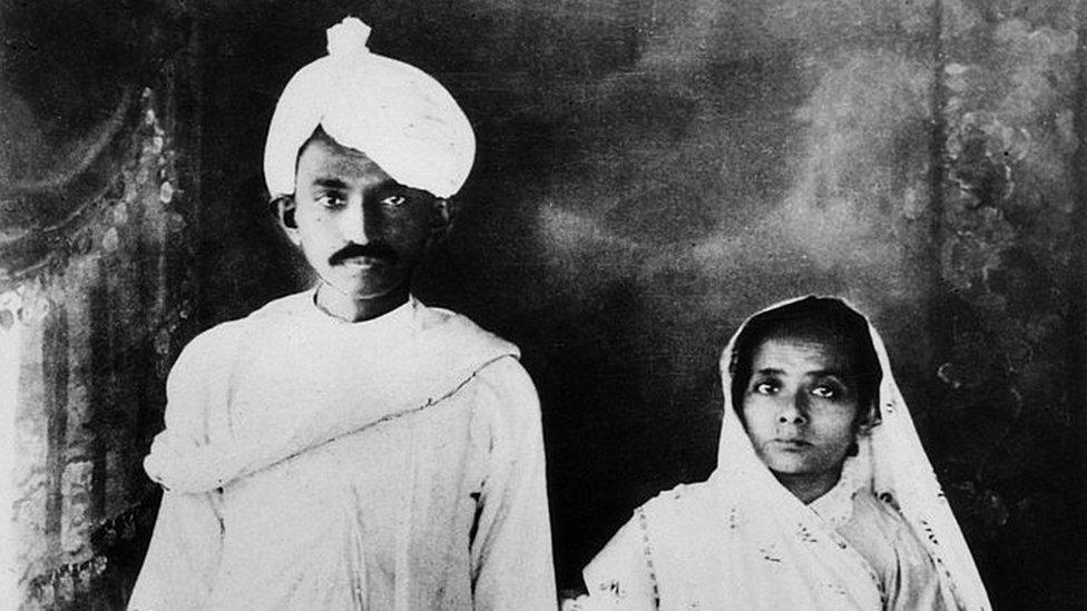 1915年,甘地和妻子合影