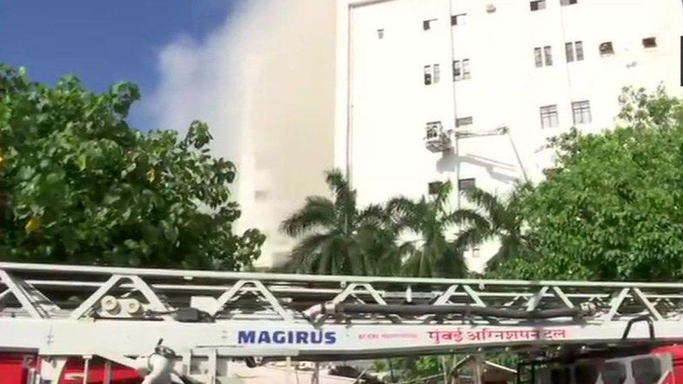 मुंबईः बांद्रा के MTNL बिल्डिंग में लगी आग, 100 लोग फंसे