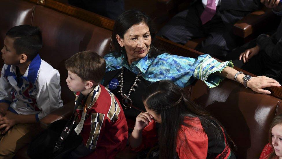 Anggota DPR AS, Deb Haaland, menggunakan baju tradisional Pueblo