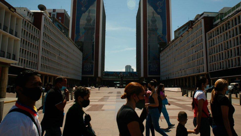 Grupo de personas con mascarillas en Caracas.