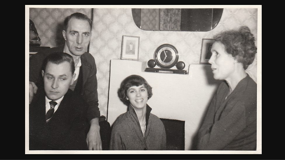 La familia Hitchings en la sala de la casa.