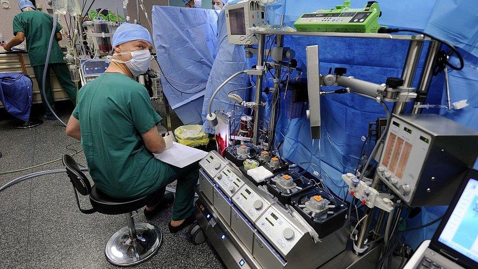 Un técnico en oxigenación extracorpórea durante una cirugía a corazón abierto en Francia.
