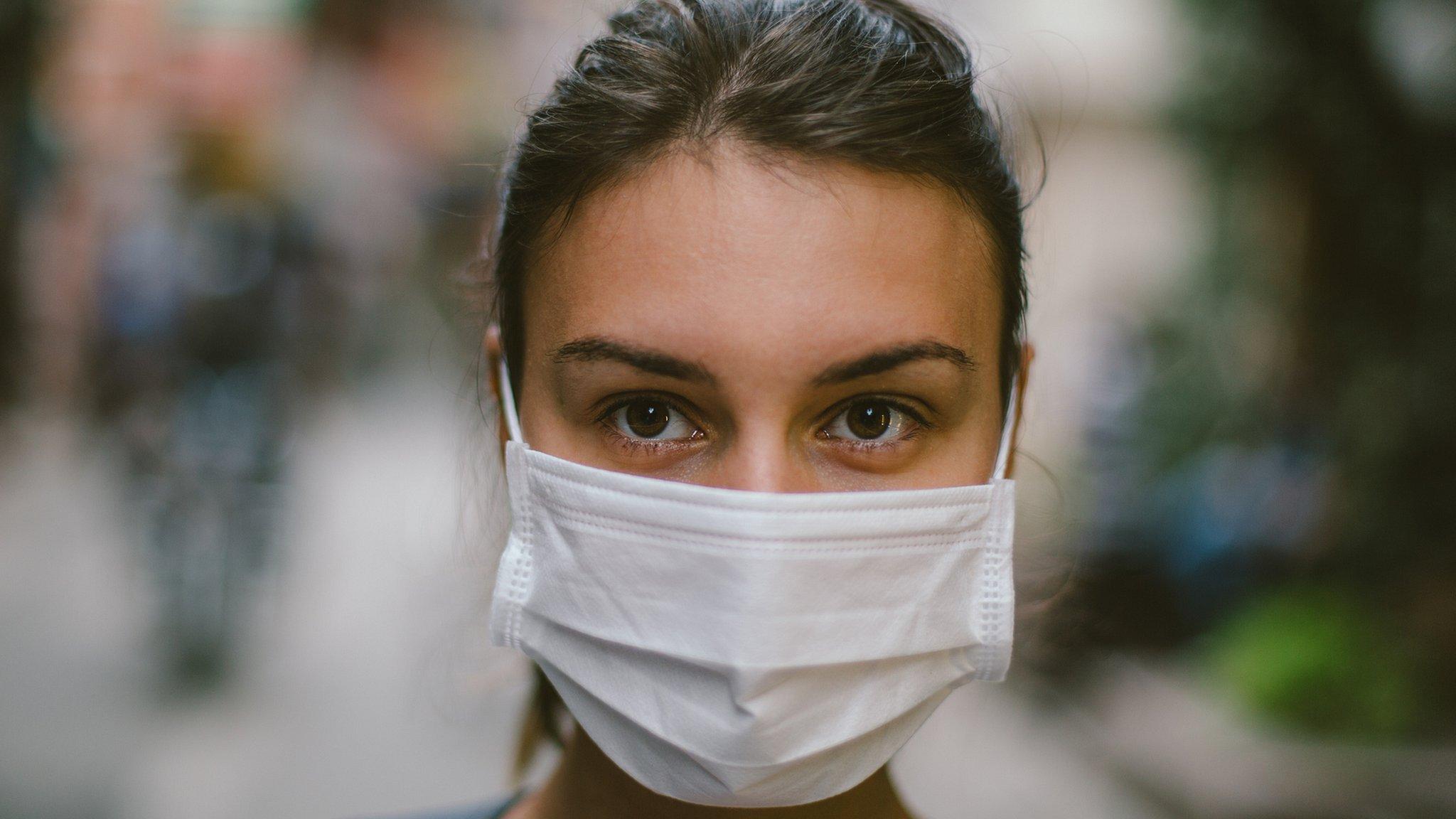Вспышка коронавируса: китайцы скупают маски, но помогут ли они не заразиться?