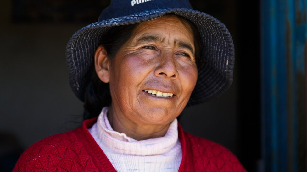 Junto a sus cuñados, Victoria Mamane cría una treintena de llamas, para producir lana y alimento.