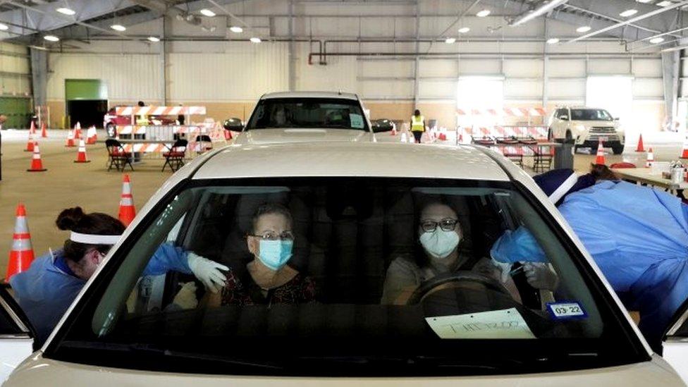 Vacunación en el auto en Texas