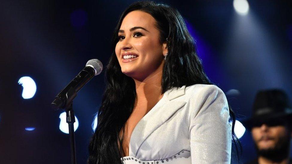 La cantante Demi Lovato conmovió al público con una sentida presentación.