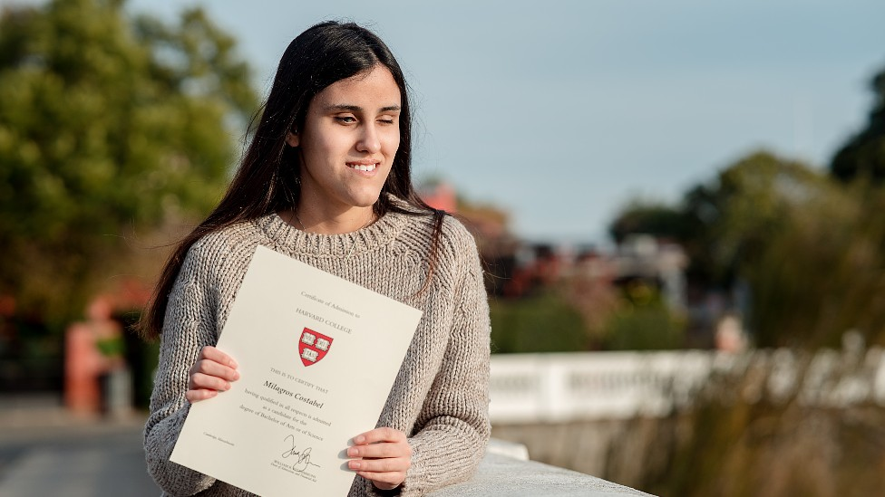 Milagros Costabel con su certificado de aceptación de la universidad de Harvard