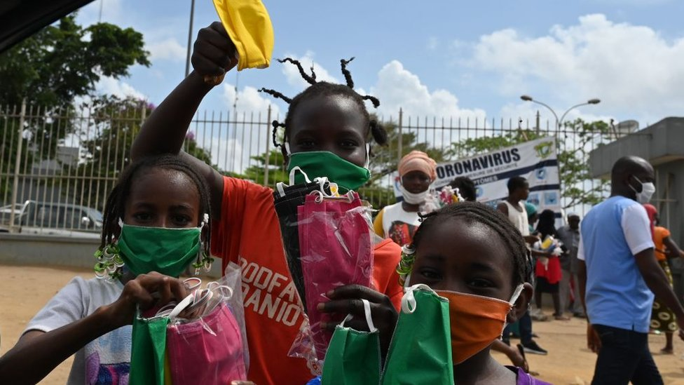Niños vendiendo máscaras en Abiyán, Costa de Marfil.