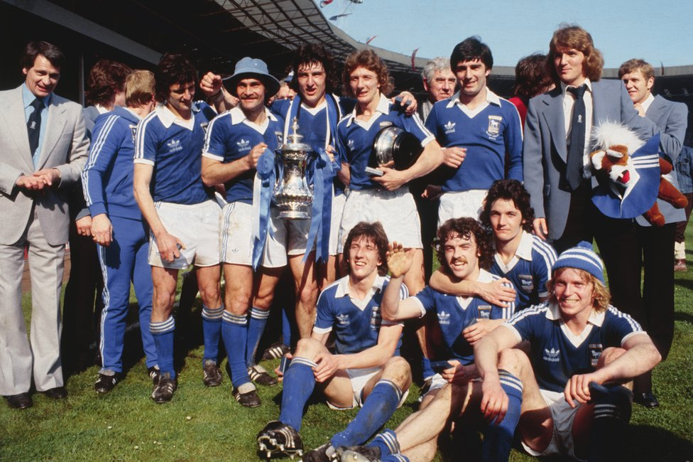 Bobby Robson and the Ipswich squad pose with the FA Cup