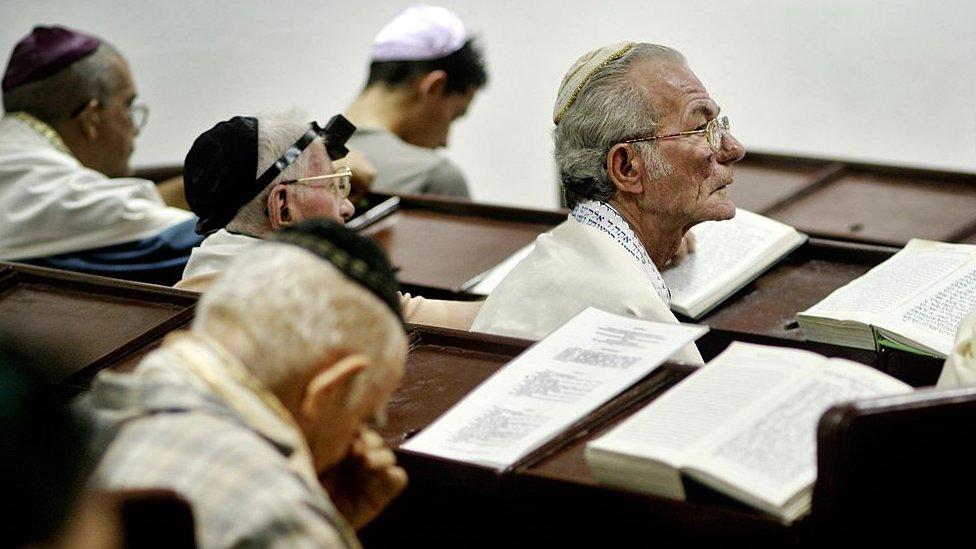 Judíos cubanos en la sinagoga ortodoxa Adath Israel de la Habana Vieja.