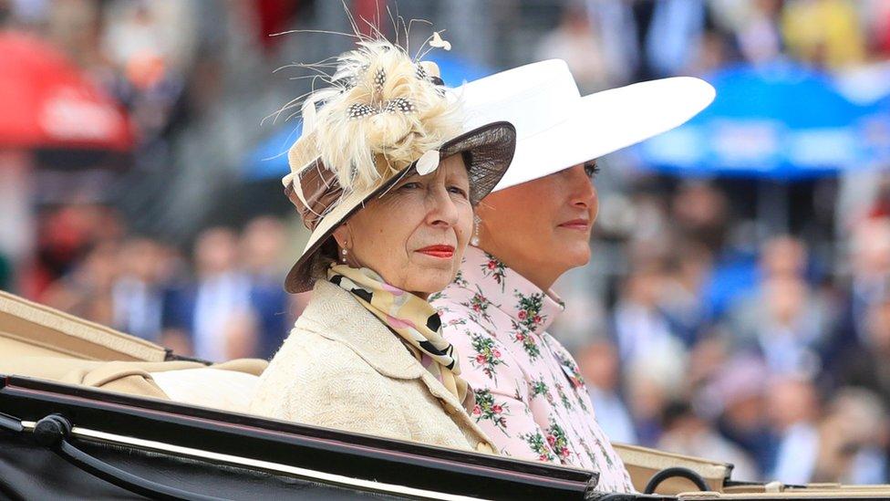 Princeza Ana (levo) i grofica od Veseksa