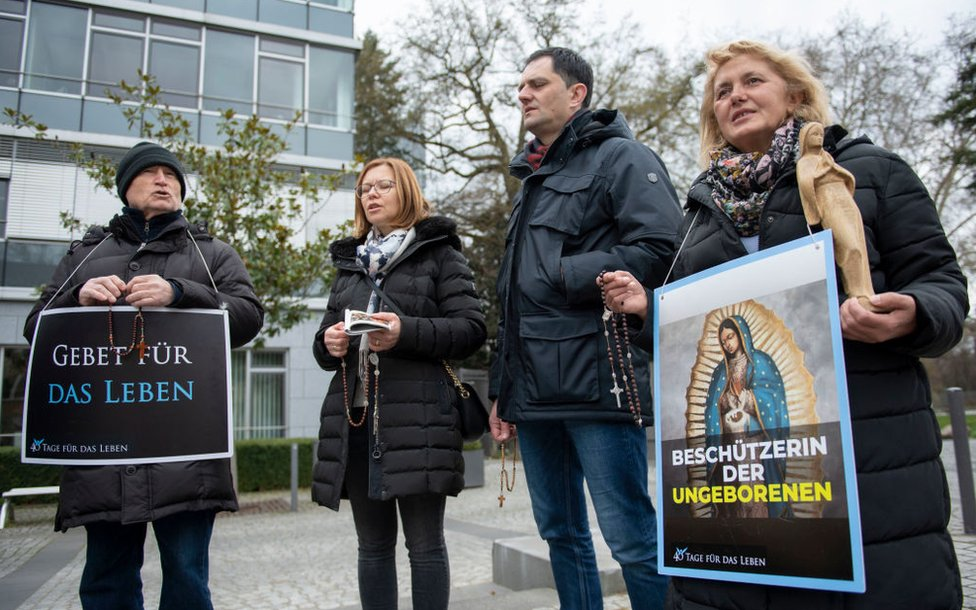 फ्रैंकफर्ट में एक प्रो फैमिलिया परामर्श केंद्र में पिकेटिंग विरोधी गर्भपात कार्यकर्ता