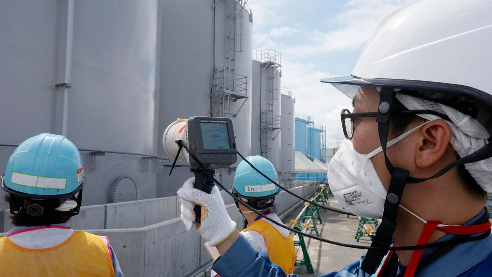 Trabajadores midiendo los niveles de radioactividad en torno a la planta nuclear de Fukushima en 2018