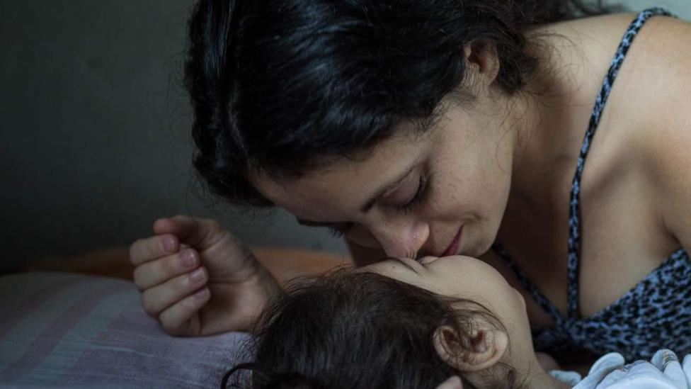 Madre besa a su hija