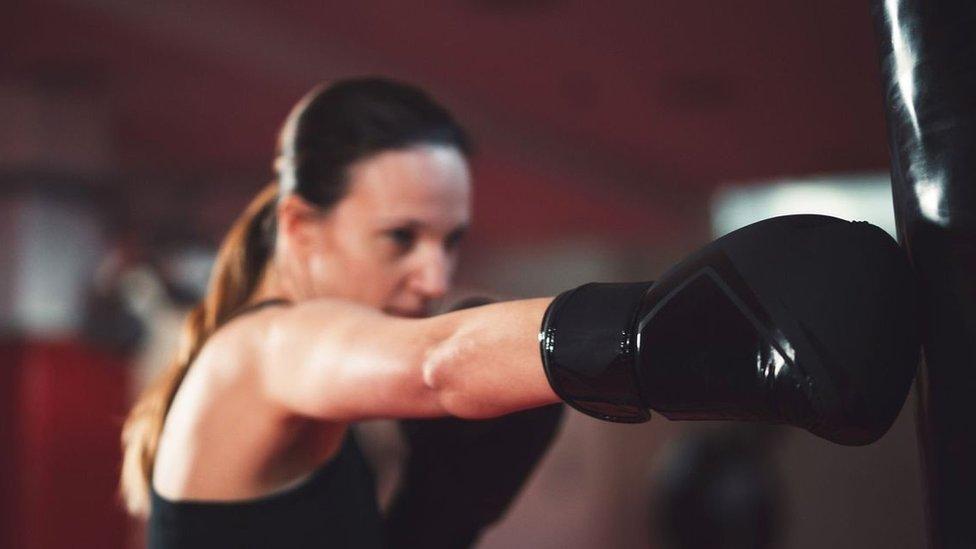 Una mujer practicando boxeo