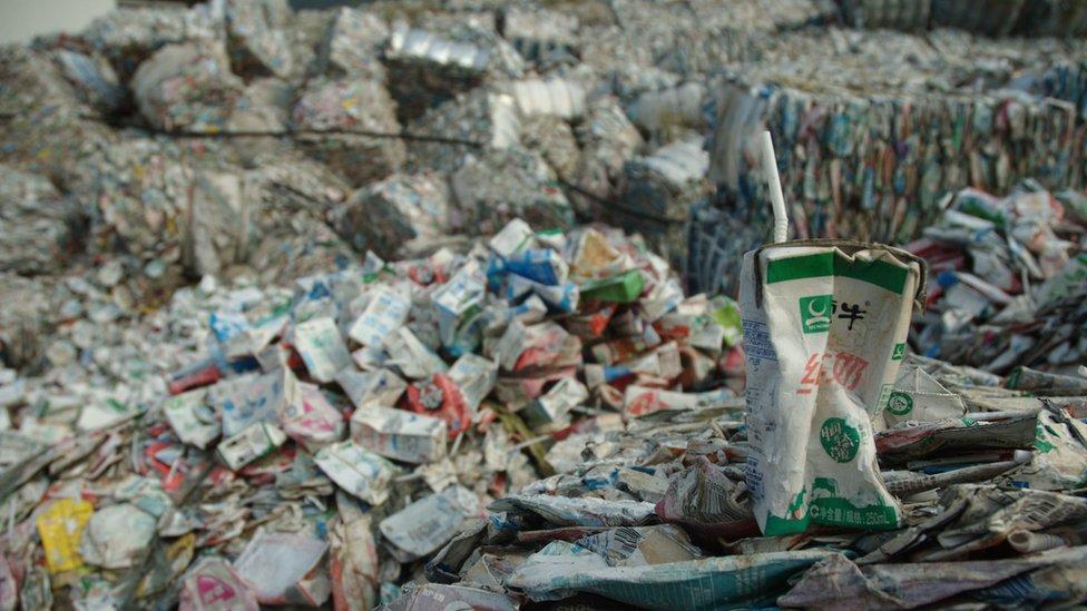 Papel en una planta de reciclaje china
