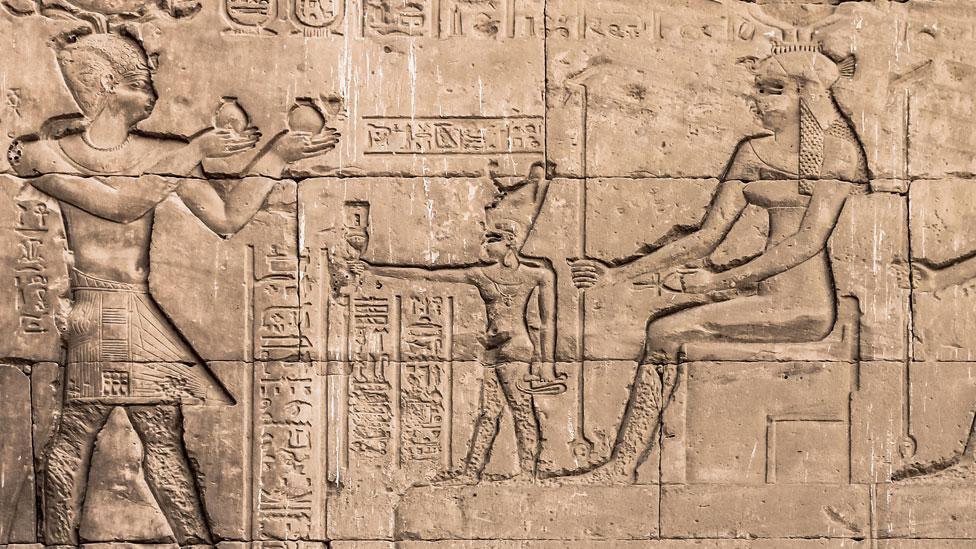 Bajorrelieve de Cleopatra y su hijo Cesarión en el templo Hathor en Dendera.