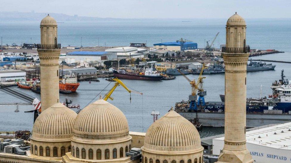 La mezquita de Bibi Heybat frente a un campo petrolífero en la costa del mar Caspio, a las afueras de Bakú, el 19 de marzo de 2019.