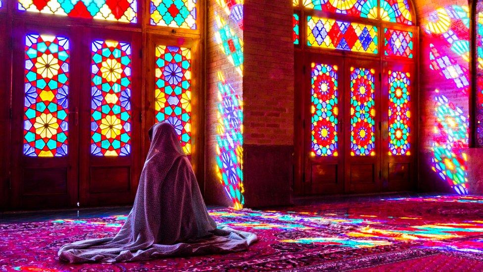 Mujer en una mezquita