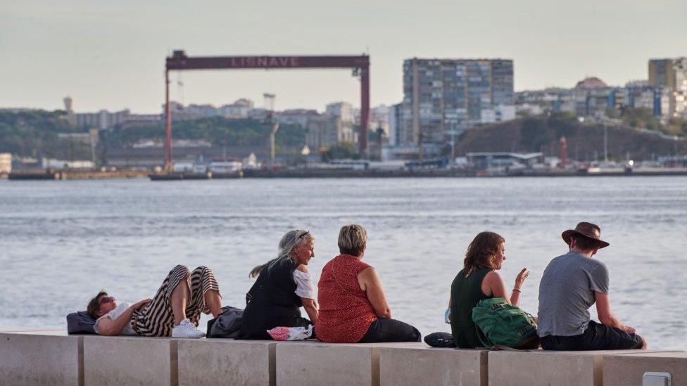 Turistas en la desembocadura del río Tajo, en Lisboa.