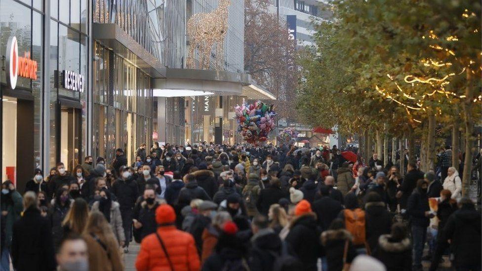الحكومة الألمانية منعت احتفالات العام الجديد وستغلق المدارس والمتاجر والمطاعم لمدة أسبوعين