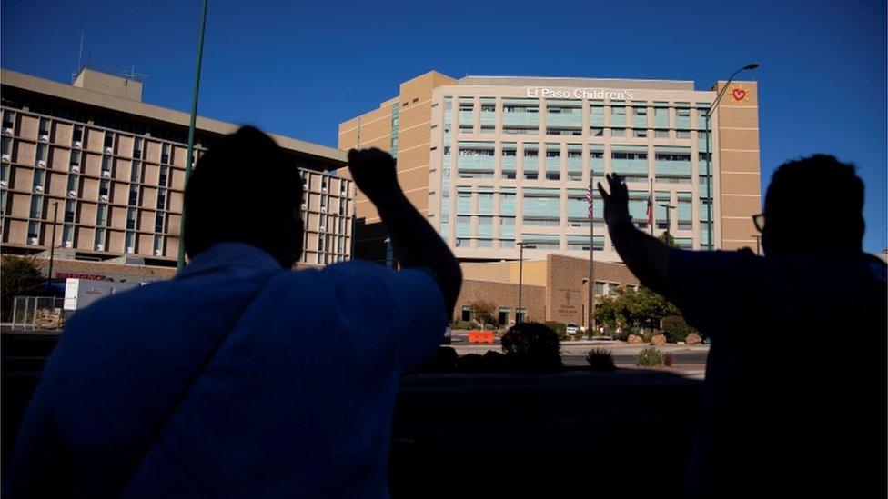 Pessoas rezando em frente ao hospital de El Paso