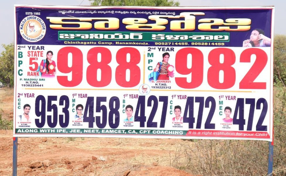 Un cartel que muestra quién sacó las calificaciones más altas del examen.