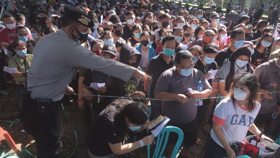 Multitud frente a un centro de vacunación en Denpasar, Bali, Indonesia, 26 de junio de 2021