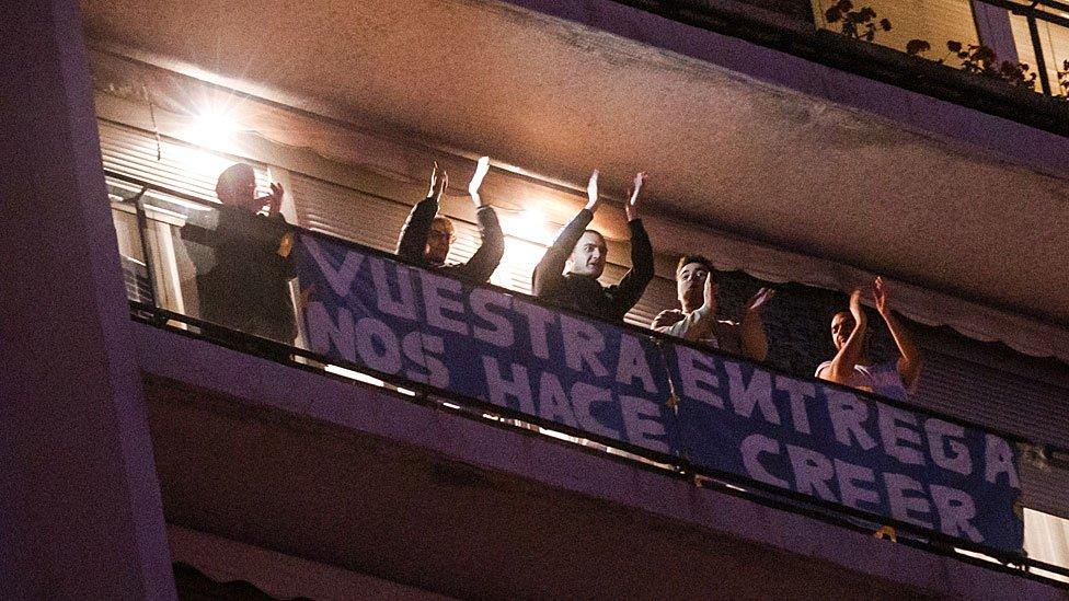 Gente aplaudiendo en un balcón en España
