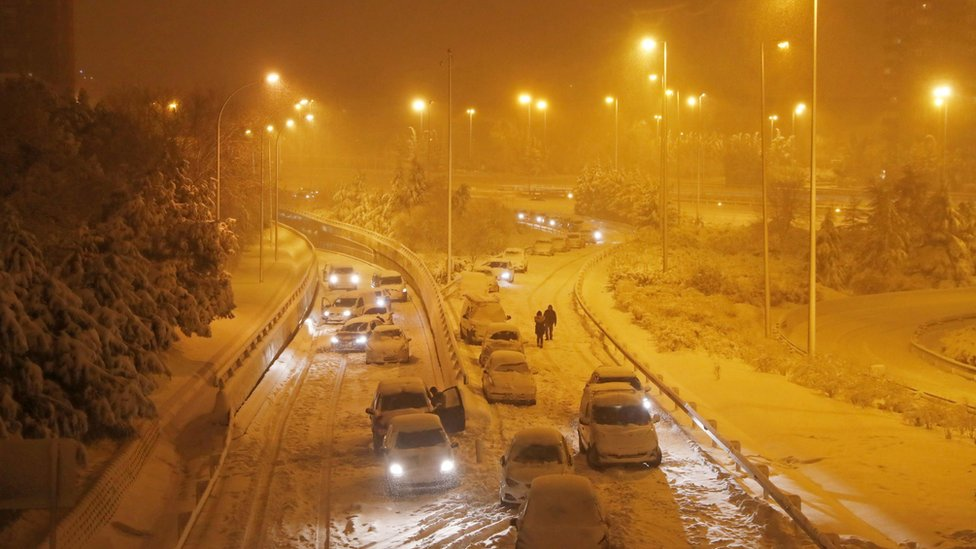 Conductores abandonan sus vehículos varados en una vía en Madrid.