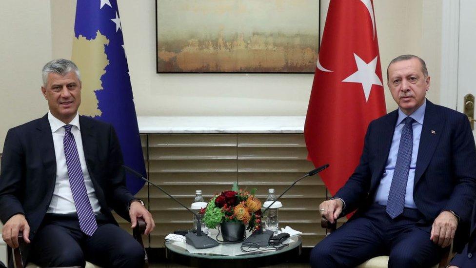 Cumhurbaşkanı Haşim Taçi (solda)