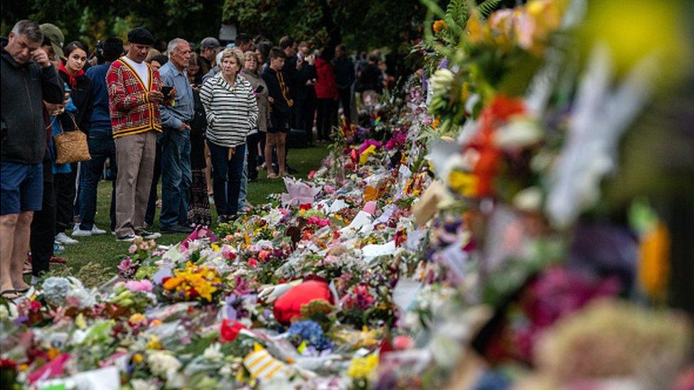 Yeni Zelanda'da saldırıların ardından camilerin yakınlarına çiçek bırakılıyor