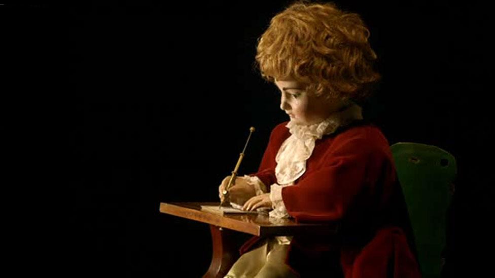 İsviçreli bir saat ustasının geliştirdiği 'Yazar' adlı maket, hâlâ Neuchatel Sanat ve Tarih Müzesi'nde sergileniyor.