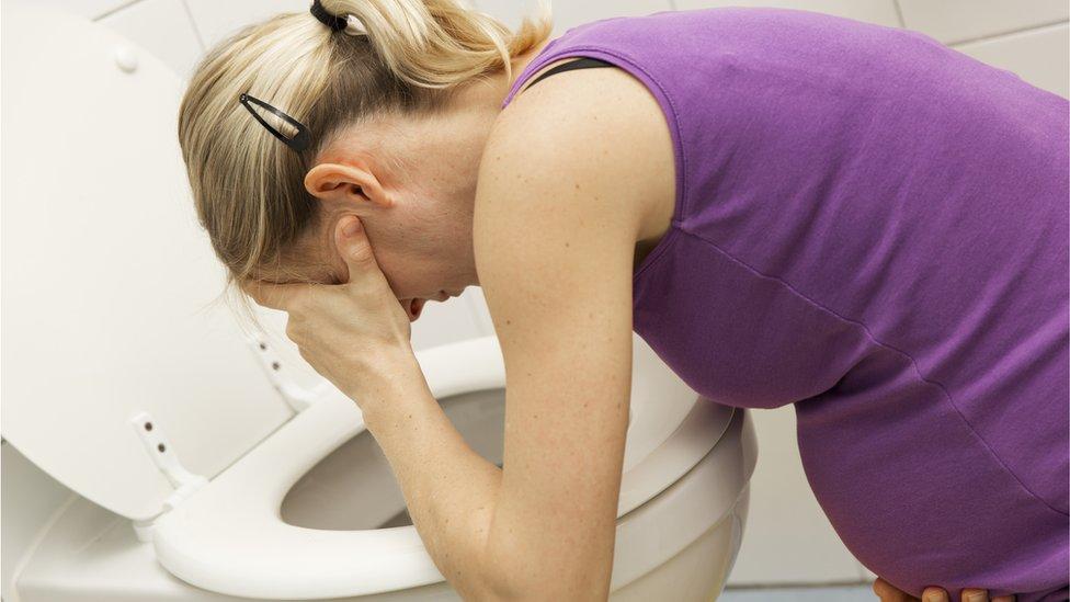 Mujer vomitando