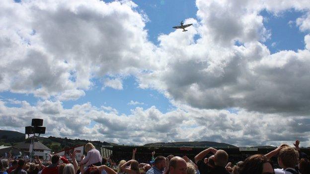 Spitfire yn hedfan uwch y dorf // A Spitfire roars above the crowd