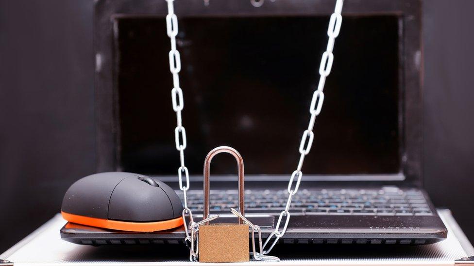 Computadora con cadenas alrededor