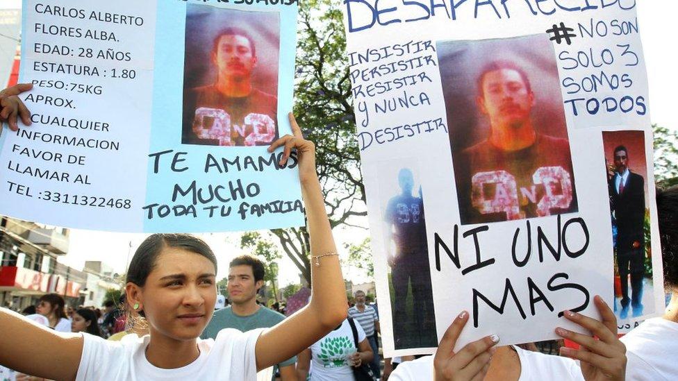 لافتات أثناء مسيرة مناهضة لأعمال العنف في المكسيك
