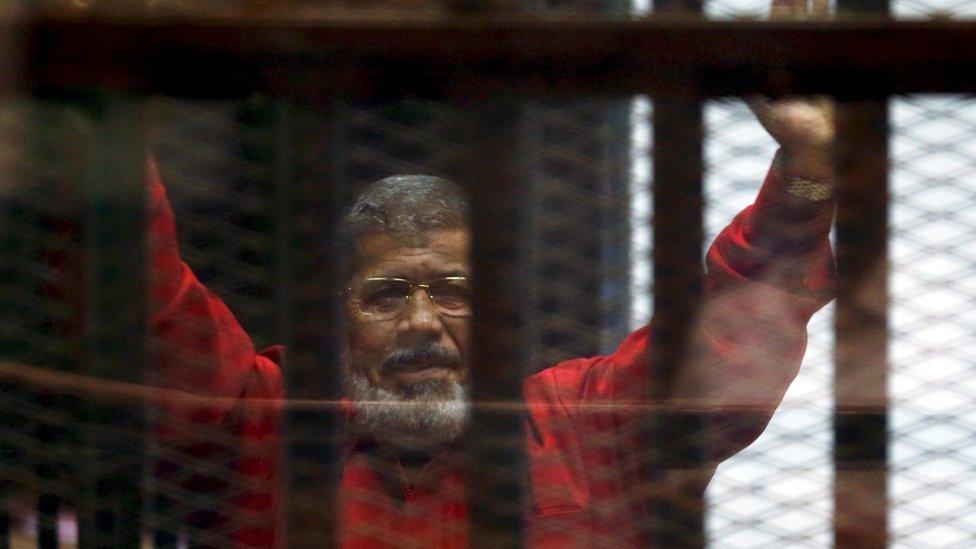 Morsi di sel penjara dalam arsip foto 21 Juni 2016.